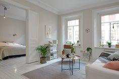 Ljust och behagligt vardagsrum med inslag av ljust trä. Hvitfeldtsgatan 12 säljs ho Alvhem mäkleri och interiör.