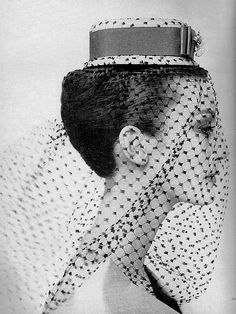 FASHION PHOTOGRAPHY-Mary Jane Russell wearing a small scale boater of Venetian straw bound in red grosgrain with silk mesh veil by Chanda, Harper's Bazaar, March 1959 © Louis Faurer Richard Avedon, Moda Pin Up, Louis Faurer, Mary Janes, Retro Fashion, Vintage Fashion, Fifties Fashion, Vintage Couture, Moda Vintage