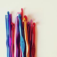 SET 14 agujas de ganchillo de colores. Set of 14 colourful crochet hooks.