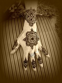 Henna Im thinking about getting something like the center design on my ankle/leg