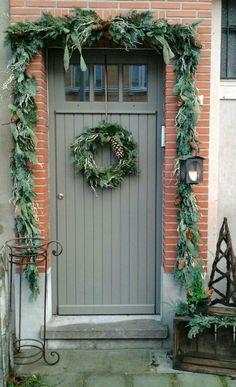 onze voordeur met vers gemaakte guirlande