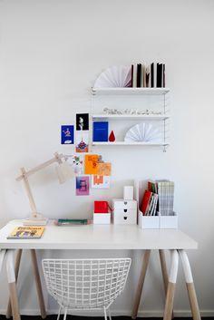 El detalle de las patas del escritorio en bicolor (madera y blanco) es la última moda!
