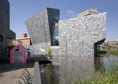 Het toonaangevende Van Abbe museum in Eindhoven toont hedendaagse kunst.