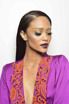 ara a proposta futurista de uma maquiagem para o Carnaval, apostamos nas linhas gráficas, na sobrancelha destacada e no batom em tom escuro.