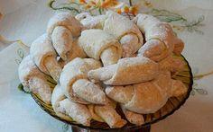 """Náš starý rodinný recept na křehké nekynuté plněné rohlíčky. Chtěla jsem ještě napsat i """"levné"""", ale to při dnešních cenách másla už dávno není pravda ... pokud chcete, vyzkoušejte. Biscuits, Snack Recipes, Cooking Recipes, Cakes And More, Apple Pie, Cheesecake, Muffin, Chips, Bread"""