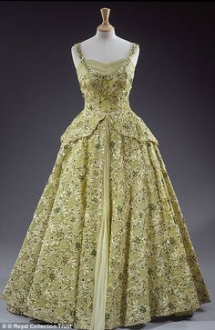 A pale green dress by Sir Norman Hartnell worn by Queen Elizabeth II on her first visit to America; she wore the dress to a dinner at the British Embassy in Washington during the visit in The. Norman Hartnell, Vestidos Vintage, Vintage Gowns, Vintage Outfits, Vintage Fashion, Queen Outfit, Queen Dress, Elizabeth Ii, Evening Dresses