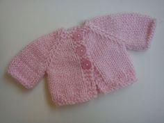 Sumando ratitos...Dejo aquí el patrón de ésta rebequita para las muñecas          Está tejida con lana de grosor medio y agujas del tres y m...