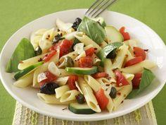 Pastasalat mit Oliven, Tomaten und Basilikumblättern ist ein Rezept mit frischen Zutaten aus der Kategorie Pasta. Probieren Sie dieses und weitere Rezepte von EAT SMARTER!