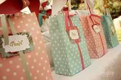 Existem diversas opções para as debutantes presentearem os seus convidados: lembracinhas caras, lembracinhas baratas, para todos os gostos e bolsos.