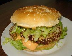 Für die Falafelburger die über Nacht eingeweichten Kichererbsen mit dem Zwiebel, Knoblauch mit einem Mixer nicht zu fein zerkleinern, die Gewürze,
