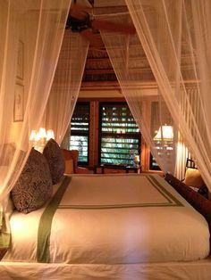 romantic bedroom - candle light, canopy. so romantic! | les