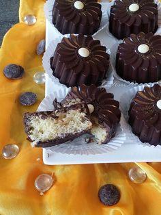 Marguerite cake Magique au Chocolat Mini Wedding Cakes, Mini Cakes, Cake Magique, Eid Sweets, Crystal Cake Stand, Cookie Recipes, Dessert Recipes, Tunisian Food, Mini Tortillas