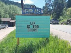 These Hilarious Signs/Puns In Colorado Making Passerby Laugh Out Loud - bemethis Bad Puns, Funny Puns, Funny Texts, Funny Stuff, Funny Fails, Funny Road Signs, Church Signs, Dad Jokes, Funny Photos