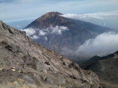 View Gunung Merbabu dari Puncak Merapi