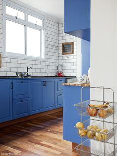 A decoração da cozinha da arquiteta Gabriela Marques não poderia ser mais inspiradora: armários coloridos, estilo vintage, integração total com a sala...