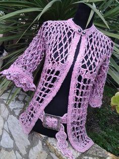 Elegante giacca interamente realizzata uncinetto in prezioso filato multicolor e lurex, manica a campana, cintura uncinetto coodinata. Articolo in esemplare unico
