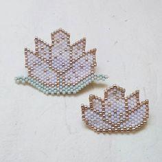 Le lotus de @lili_azalee ainsi que sa version agrandie et modifiée #motifliliazalee #jenfiledesperlesetjassume #miyukiaddict #miyuki Seed Bead Projects, Beaded Jewelry, Beaded Bracelets, Motifs Perler, Bead Art, Beaded Flowers, Bead Weaving, Perler Beads, Charms