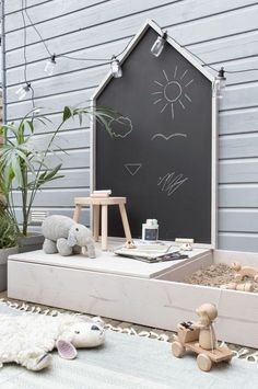 Design your own play house with chalk board and sand .- Gestalten Sie Ihr eigenes Spielhaus mit Kreidetafel und Sandkasten DIY Spielhaus mit … Design your own playhouse with chalkboard and sandbox DIY playhouse with …, - Kids Outdoor Play, Outdoor Play Areas, Kids Play Area, Backyard For Kids, Diy For Kids, Kids Room, Childrens Play Area Garden, Kids Art Area, Small Yard Kids