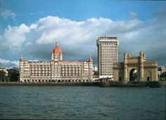 mumbai taj hotel and gateway of india