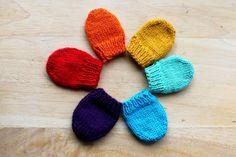 Petites moufles : un arc-en-ciel de couleur pour accueillir comme il se doit le nouveau-né de la famille !   Le tuto est par ici : http://makeri.st/tuto-mini-moufles