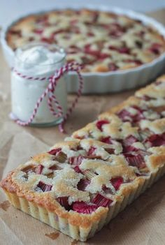 Rhubarb pie with marzipan and coconut- Rabarbertærte med marcipan og kokos Rhubarb pie with coconut and marzipan - Danish Cuisine, Danish Food, Köstliche Desserts, Delicious Desserts, Yummy Food, Sweet Pie, Sweet Tarts, Baking Recipes, Cake Recipes