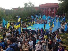 Kyiv: Crimea Tatar rally in memory of Stalin's deportation. A lot of Ukrainian flags too via @euromaidan pic.twitter.com/nIxHwCRy9O