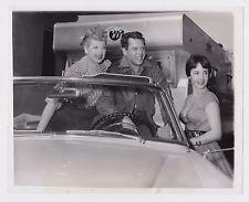 ELIZABETH TAYLOR VISITING LUCILLE BALL & DESI ARNAZ 1953 ORIGINAL PRESS PHOTO
