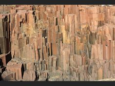 NAMIBIE dans les environs de Twyfelfontein, la lumière matinale éclaire les tuyaux d'orgues. Il s'agit d'une formation rocheuse de dolérite, une roche d'origine magmatique qui, en se refroidissant, a donné ces formes géométriques.