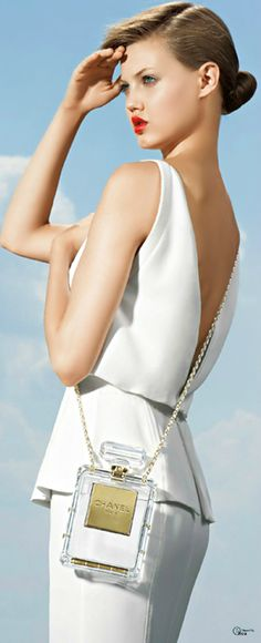 chanel white dress and perfume bag Chanel Couture, White Fashion, Look Fashion, Fashion Pictures, Coco Chanel, Estilo Glamour, Lindsey Wixson, Chanel Purse, Chanel Perfume