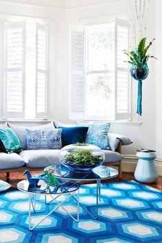 Oturma odalarınızda mavi rengi kullanarak canlı görünümler oluşturabilirsiniz.