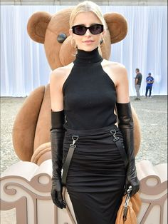 Picture of celebrities wearing satin, lace or leather gloves. Elegant Gloves, Gloves Fashion, Long Gloves, Women's Gloves, Fetish Fashion, Women's Fashion, Smart Outfit, Black Leather Gloves, Black Turtleneck