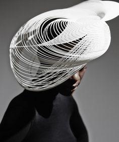 3D: Conheça os chapéus-escultura da designer Gabriela Ligenza