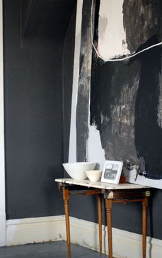 Love the natural wood against the dark walls. Dark Walls, Grey Walls, Charcoal Walls, Charcoal Art, Grey Interior Design, Interior And Exterior, Kitchen Interior, Interior Inspiration, Design Inspiration