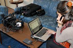 Una periodista de l'Arquebisbat treballant des de Roma