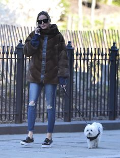 Olivia Palermo walking her dog out in New York - April 2016 Olivia Palermo Street Style, Estilo Olivia Palermo, Olivia Palermo Lookbook, Classy Winter Outfits, Padded Jacket, Denim Fashion, Her Style, Casual Looks, Winter Fashion