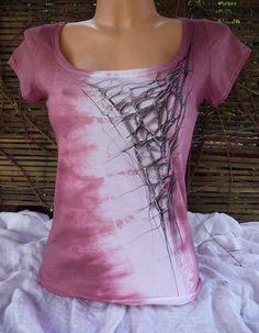 Růžovo-vínové triko s  abstraktní malbou