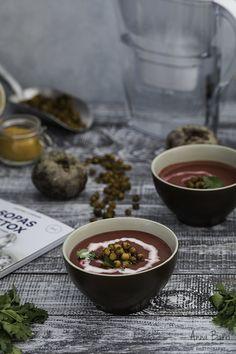 Curried beet soup with tandoori chickpeas | via www.gastroadikta.com