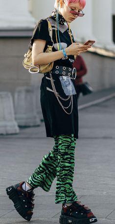 Street style from Russia spring 2019 fashion week streetwear supreme hypebeast mens fashion fashi Tokyo Fashion, Harajuku Fashion, Cool Street Fashion, Punk Fashion, Fashion Outfits, Fashion Weeks, Fashion Men, Abaya Fashion, Fashion Black