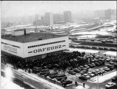 DT Orfeusz, Czechów. 9 marca 1988 r. - otwarcie. Sklep miał być oddany do użytku 27 lutego, ale wykonawcy nie wyrobili się ze wszystkimi pracami.Otwarcie przeniesiono na 9 marca. Wtedy zaczął się szturm. Orfeusz, który wówczas dawał pracę 147 osobom, został oblężony przez tysiące klientów marzących o zdobyciu atrakcyjnych towarów.