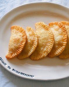 """6.499 Me gusta, 499 comentarios - Soy Celíaco, No Extraterrestre (@soyceliaconoextraterrestre) en Instagram: """"MASA PARA EMPANADAS CON 2 INGREDIENTES 🤩 + idea de relleno fácil y rápido  Gabriel me desafío a…"""" Empanadas, Relleno, 2 Ingredients, Recipes, Celiac, Empanada"""