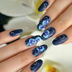 Синий матовый дизайн ногтей с цветами - дизайн ногтей с орхидеями