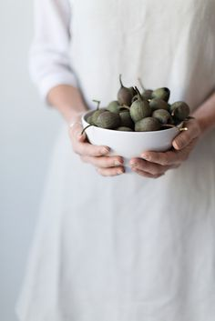 With it's featherweight linen weave and soft stone hue, this is the perfect full length alternative to our bistro apron. It's pockets offer subtle utility whilst its crossback design add elegance to this whimsical item. 100% Linen Gift | for the avid cook and host with impeccable taste