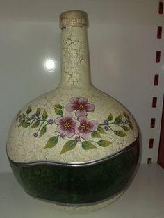 Risultati immagini per damajuanas decoradas Wine Bottle Vases, Glass Bottle Crafts, Bottles And Jars, Jar Art, Hand Painted Wine Glasses, Clay Vase, Altered Bottles, Bottle Painting, Glass Art