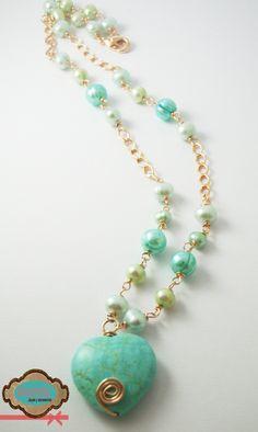 Código: collar-0002 Collar con corazón en el centro, elaborado en oro laminado y perlas cultivadas verdes y azules. #Necklace