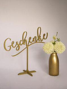 Vor dem exklusiven Geschenke Schild lassen sich kleine Gastgeschenke ansprechend platzieren.