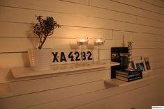 liggande vit träpanel,nummerskylt,svartvitt,träpanel,hyllvägg