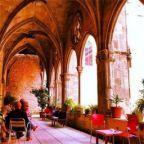 Dit restaurant ligt in de vleugel van een oud klooster, Sant Agusti. Het is een geweldige plek voor ouders met kids. Het eten is een mix van traditioneel Catalaans en nieuwe gerechten. Kids spelen vaak voetbal in de open ruimtes van het klooster en voor de kleintjes is er een kidscorner. De sfeer is authentiek, historisch en hip. Er worden hier ook regelmatig optredens gegeven. Een mooie mix van eten, relaxen en cultuur.