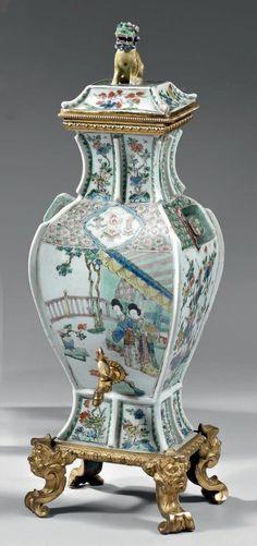 Rare fontaine d'intérieur, formée d'un vase couvert, en porcelaine de