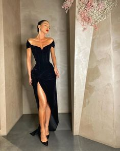 High rise black maxi floor length gown off shoulder dress fashion baddie women's outfit Prom Outfits, Mode Outfits, Sporty Outfits, Trend Fashion, Look Fashion, Woman Fashion, Sporty Fashion, Classy Fashion, Sporty Chic