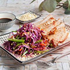 Vill du laga en snabb, färgstark och underbart god middag? Då är vårt recept på stekta fläskkotletter med asiatisk kålsallad middagen för dig ikväll!
